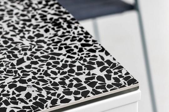 Dettaglio del piano in cristalceramica effetto marmo veneziano del tavolo Marcopolo