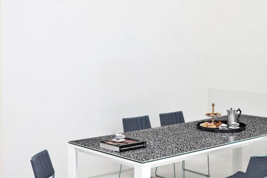 Tavolo allungabile Marcopolo con base a quattro gambe in metallo bianco, piano e allunghe in cristalceramica effetto marmo veneziano