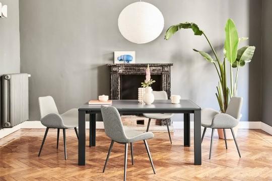 Tavolo allungabile Marcopolo con base a quattro gambe in metallo grafite, piano e allunghe in vetro antigraffio color grafite