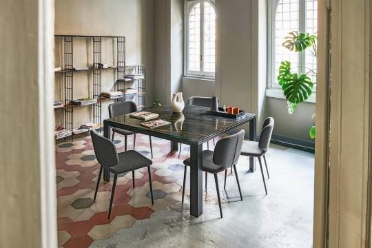 Tavolo quadrato allungabile Marcopolo con base a quattro gambe in metallo nero e piano in cristalceramica effetto marmo noir desir