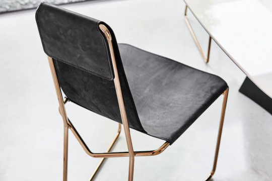 Backrest of Mia chair in black Tuscan hide and structure in rose gold