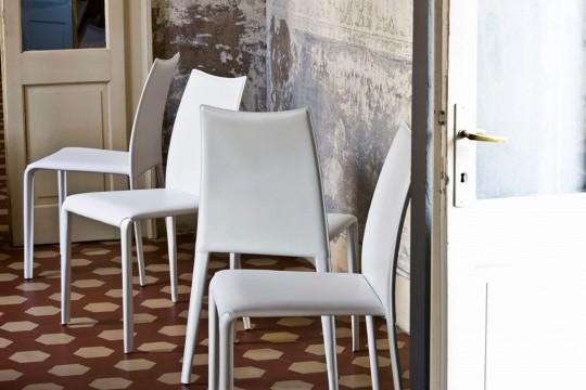 Miss chaise avec structure à quatre pieds. Entièrement recouvert de cuir blanc