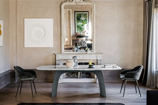 Moonlight dining table with graphite baydur base and calacatta marble cristalceramic top