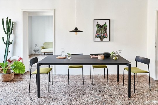 More extendable table with black steel legs and black fenix top in the open version