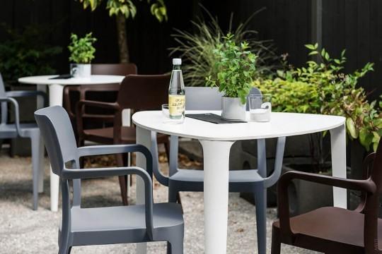 Tavolo Nenè triangolare con gambe in metallo bianco e piano in hpl bianco