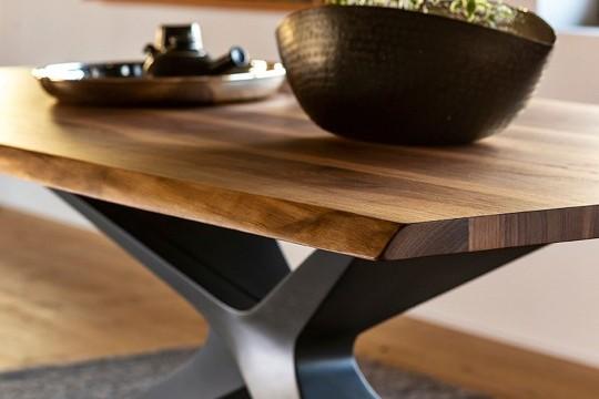 Détail du plateau en bois massif de la table Nexus