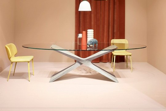 Nexus table with base in light gray baydur with brushed concrete effect and transparent glass top