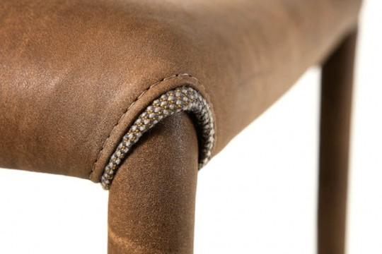 Dettaglio sedia Nuvola con seduta e gambe rivestiti in pelle marrone