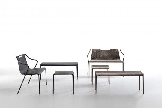Panchina Ola nelle due versioni: acciaio verniciato nero e effetto industrial