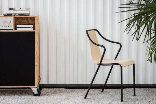Sedia Ola con seduta in legno e struttura in metallo