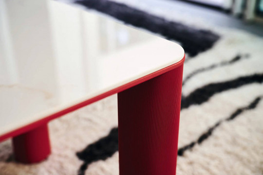 Tavolino Paw con piano in ceramica effetto marmo calacatta