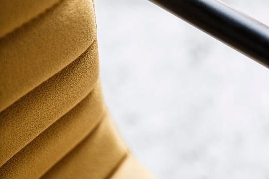 Détail du siège étoile avec assise rembourrée en tissu jaune