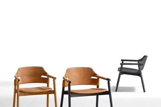 Poltroncina Suite con struttura in frassino tinto e seduta in cuoio