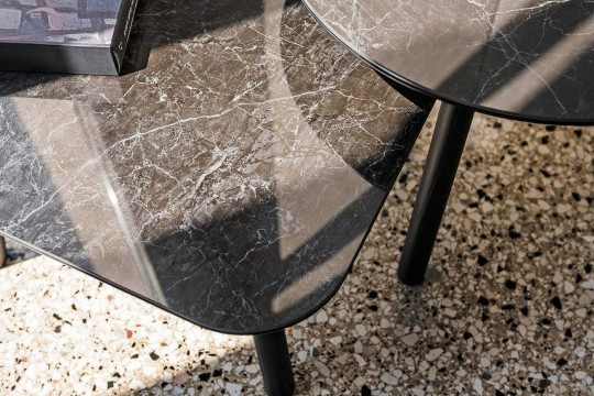 Detail of the black greek ceramic with marble effect top of the Suite round coffee table