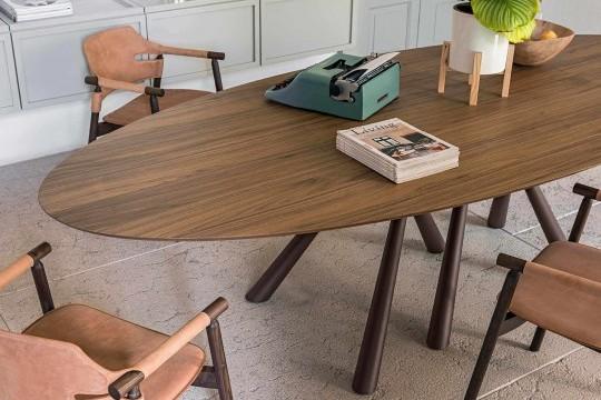 Poltrona Suite con struttura in legno e sedile in cuoio