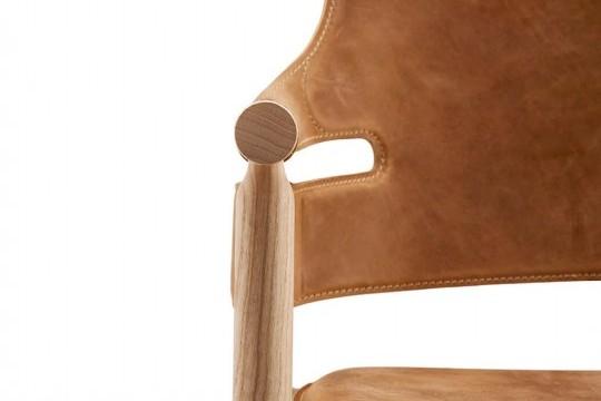 Particolare seduta poltrona Suite in cuoio marrone