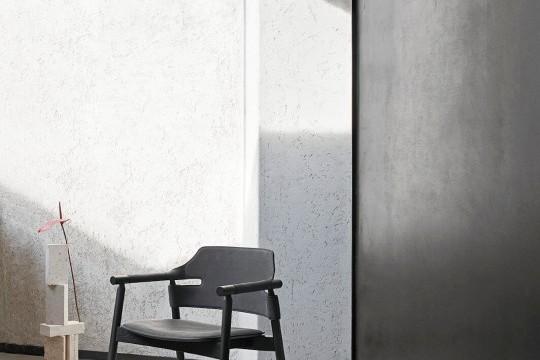 Poltrona per sala d'attesa Suite in legno verniciato nero e con seduta in cuoio nero