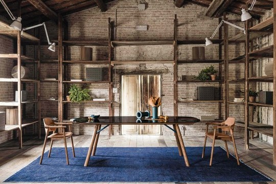 Sedia con braccioli Suite in legno verniciato e con seduta in cuoio