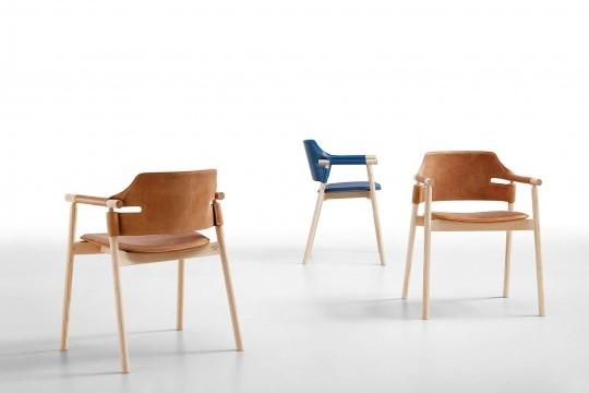 Poltrona Suite con struttura in legno e seduta in cuoio marrone
