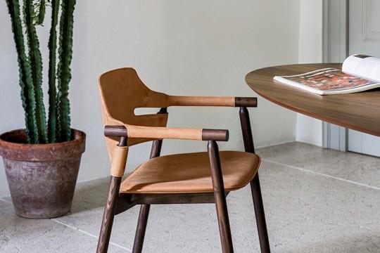 Sedia con braccioli Suite con struttura in legno e seduta in cuoio marrone