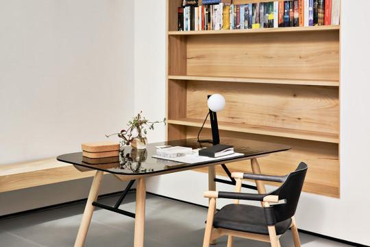 Scrittoio Suite con gambe in legno e piano in vetro