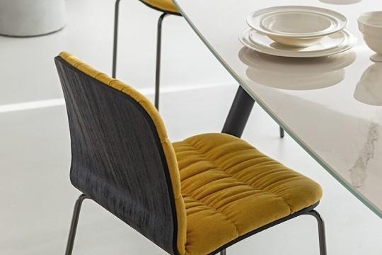 Particolare del piano in cristalceramica effetto marmo bianco calacatta del tavolo Suite