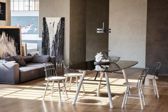 Suite table à manger avec pieds en bois et plateau en verre noir