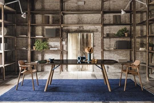 Suite table moderne avec pieds en bois et plateau en verre fumé