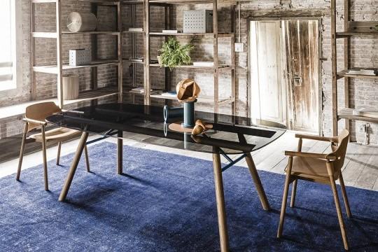 Suite de table à manger avec base en bois et plateau en verre foncé