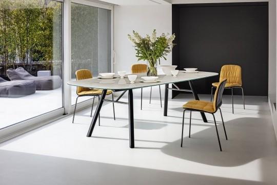 Suite design table avec pieds en bois et plateau en cristalcéramique effet marbre calacatta