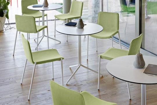 Trampoliere chair with green fabric seat and white painted metal structure