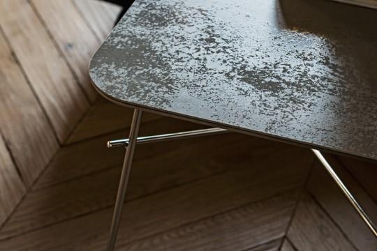 Détail du plateau en céramique de la table basse Walter