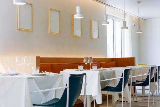 Sedia apelle in cuoio verde nel ristorante L'Arbre di Montpellier