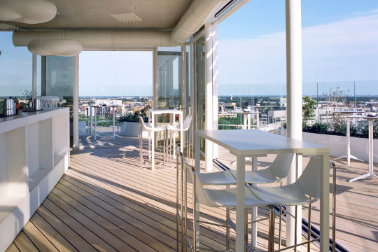 Gli sgabelli Apelle nella terrazza panoramica dell'edificio L'Arbre Blanc di Montpellier