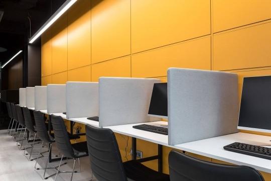 Détail des modèles de chaises Cover dans la salle informatique de la Dtek Academy