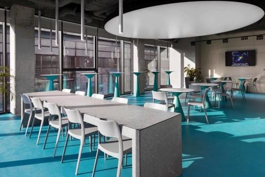 Chaises en plastique de design Nenè dans le bar de la Dtek Academy