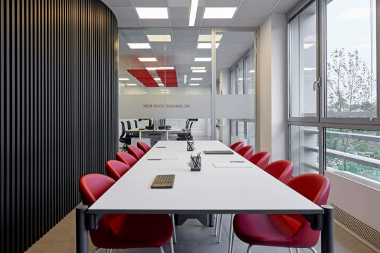 Chaise pour salle de réunion Sonny avec assise en similicuir rouge