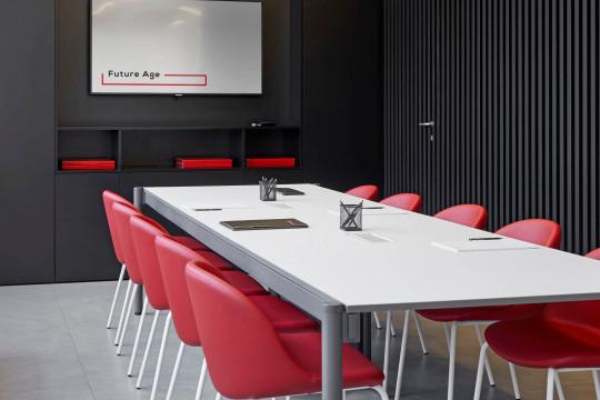 Sedie per sala riunioni Sonny con gambe in metallo e sesuta rivestita in similpelle rossa