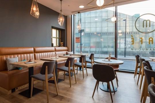 Sedie Sonny con gambe in legno e sedie Joe con gambe in legno nel M Cafè dell'Hotel Indigo di Manchester
