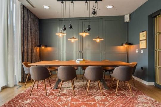 Le sedie imbottite Sonny con gambe in legno sono state scelte per l'arredamento delle sale private del ristorante Mamucium dell'Hotel Indigo
