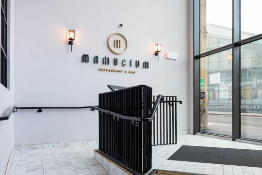 Ingresso del ristorante Mamucium all'interno dell'Hotel Indigo