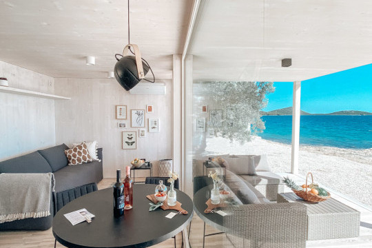 sedie e sgabelli slim, tavolo Infiniy e coffee table Trampoliere di Midj presso Buqez Eco Resort in Croazia