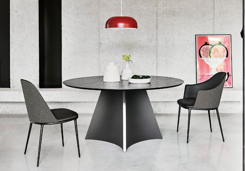 Sedia e poltroncina Lea con base a quattro gambe in acciaio nero e rivestimento in pelle e tessuto nero