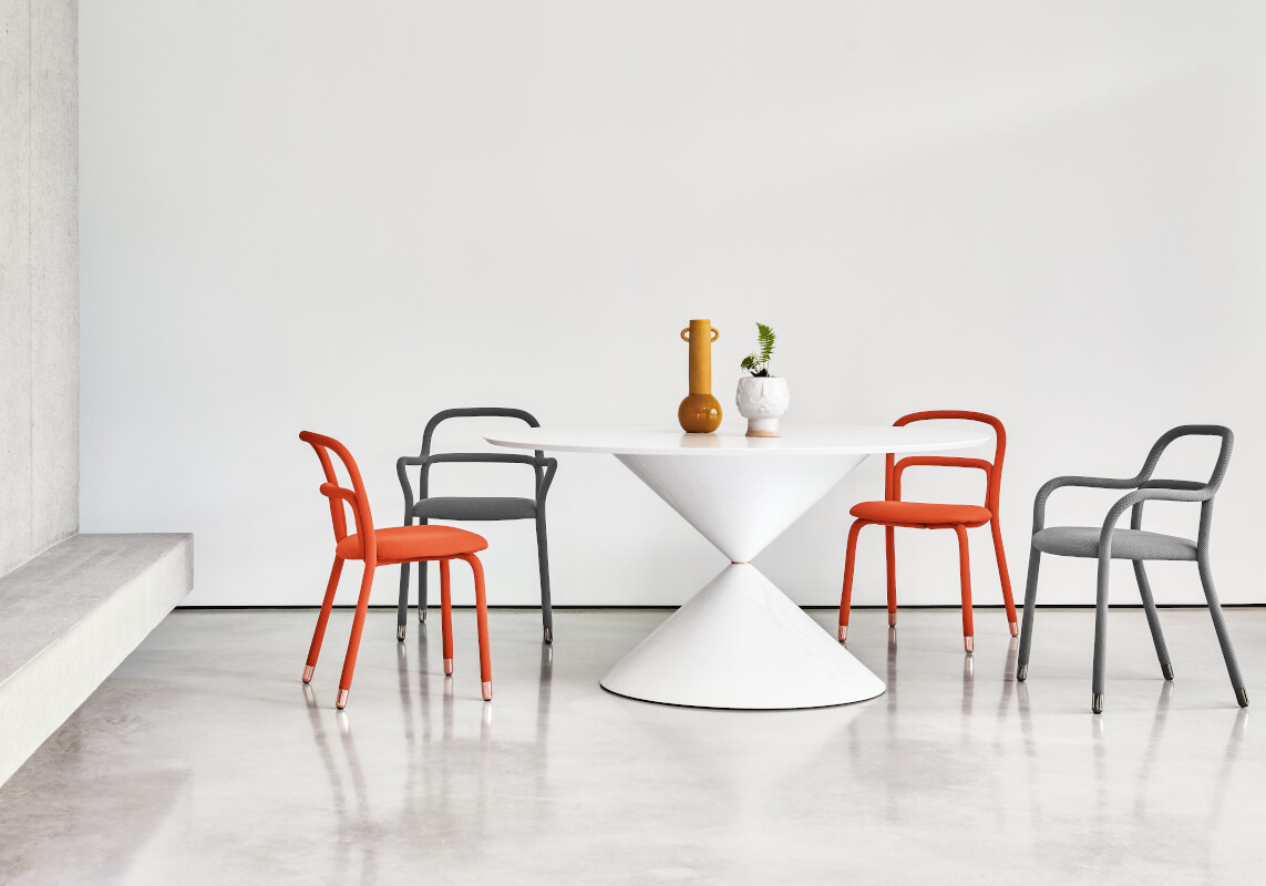Clessidra table in white wood and Pippi chairs